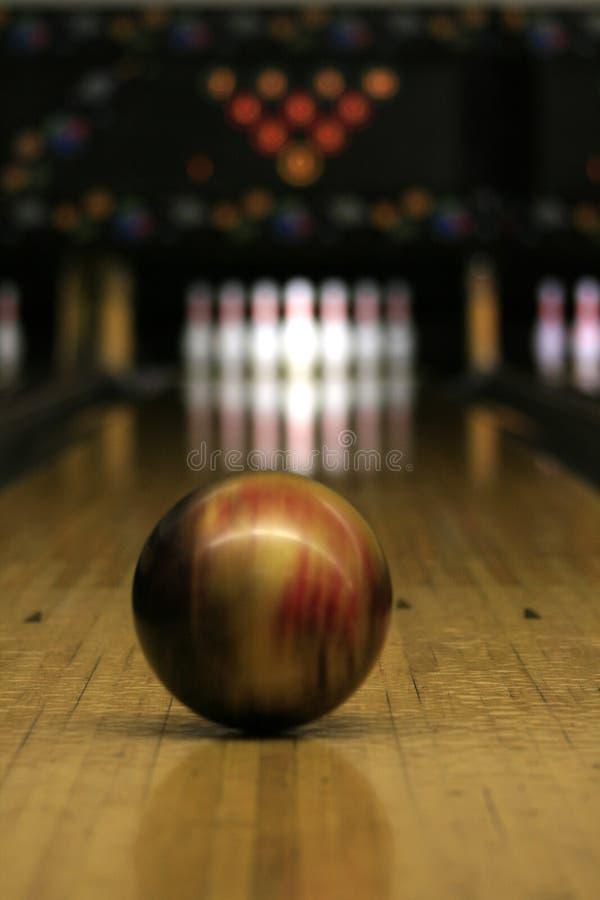Bowlingspiel-Weg - Kugel in der Bewegung stockbilder