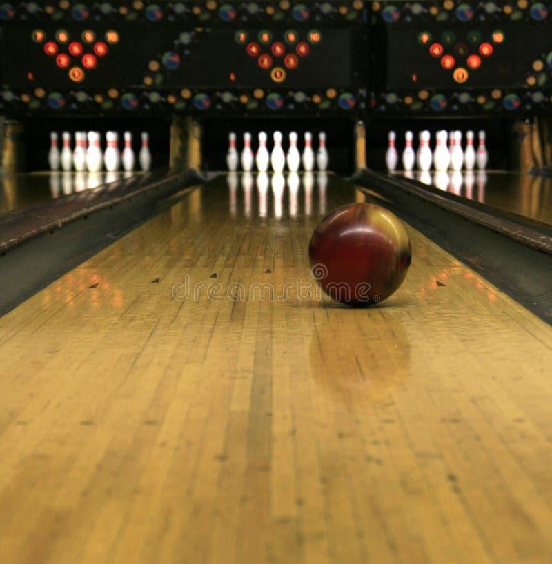 Bowlingspiel-Wege - Rollen-Bowlingspiel-Kugel stockbild
