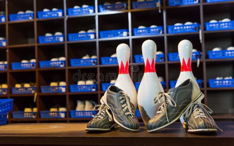 Bowlingspielschuhe und -stifte stockfoto