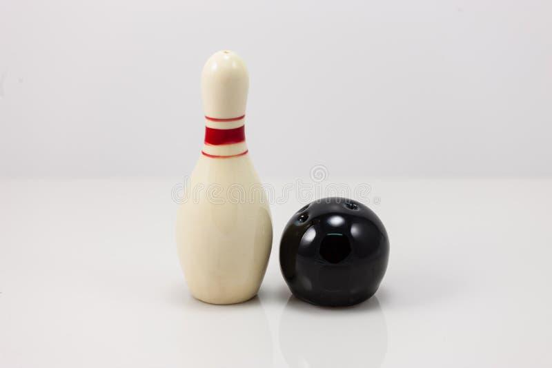 Bowlingstift och salt och pepparshaker för boll arkivbilder