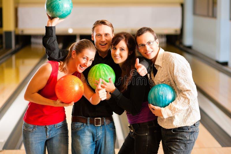 bowlingvänner tillsammans royaltyfria foton