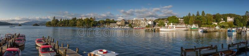 Bowness--Windermere na opinião panorâmico do porto na luz da tarde, fotos de stock