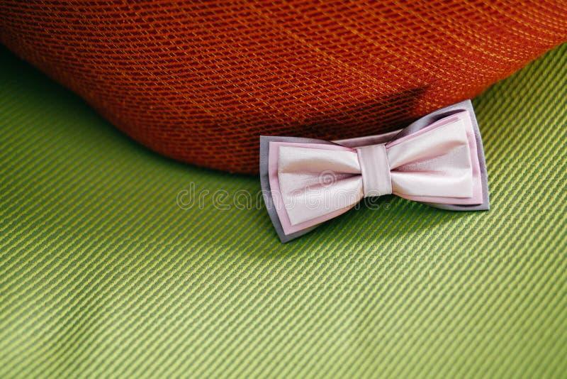 Bowtie elegante contra fondo verde Ropa festiva para la escoba Accesorio masculino formal Detalles de la boda Cierre para arriba imagenes de archivo