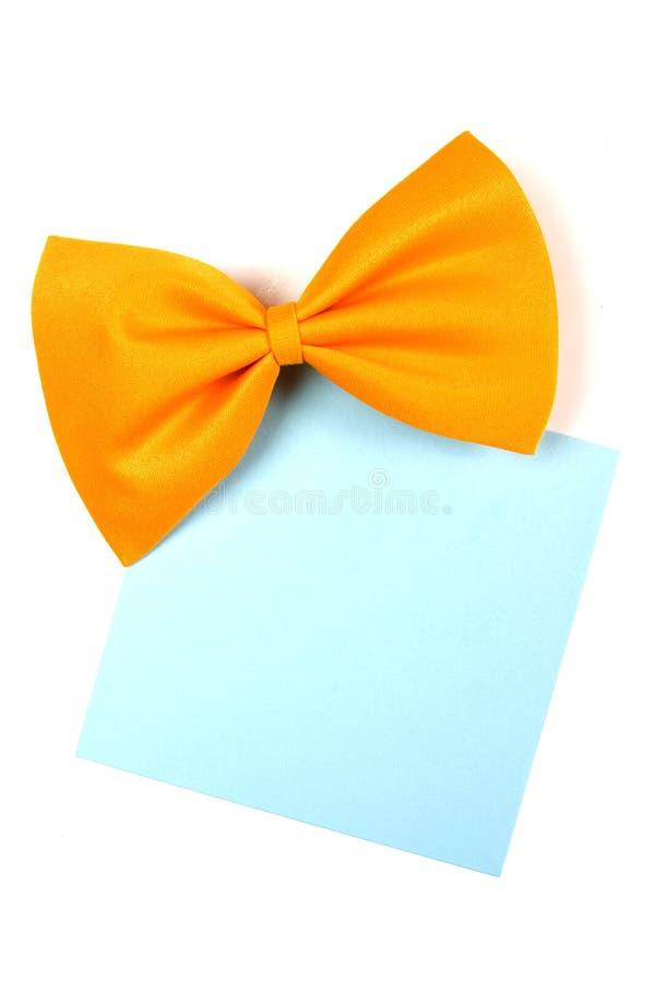 Bowtie giallo con la nota del documento in bianco immagine stock libera da diritti