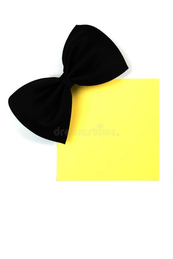 Bowtie nero con la nota di carta immagine stock libera da diritti