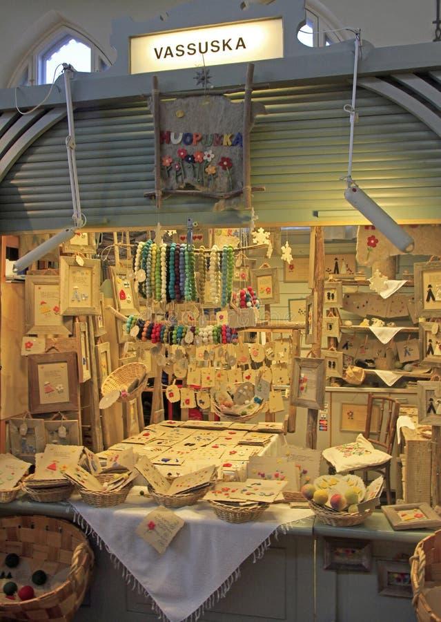 Box met met de hand gemaakte goederen op markt in Oulu, Finland stock afbeeldingen