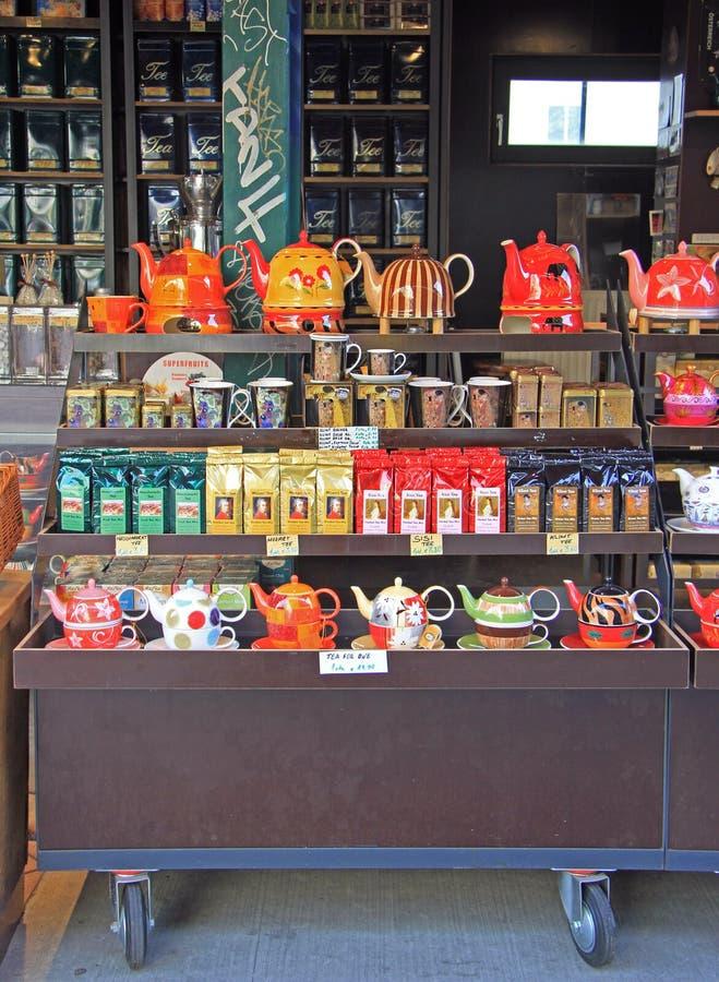 Box met thee, theepotten en koppen op de straatmarkt royalty-vrije stock foto