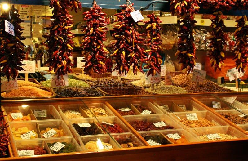 Box van peulvruchten en kruiden in een markt van Boedapest, Hongarije stock foto
