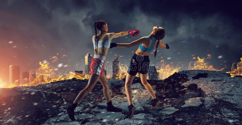Boxas för flickor som är utomhus- Blandat massmedia royaltyfri fotografi