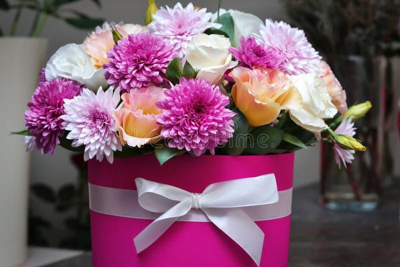 Boxas med en blom- ordning på tabellen sammansättning med fr arkivbild