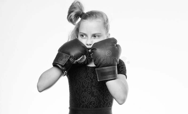 Boxas sporten f?r kvinnlig Var stark Flickabarn med bl?a handskar som poserar p? vit bakgrund Sportuppfostran uppfostran royaltyfria foton