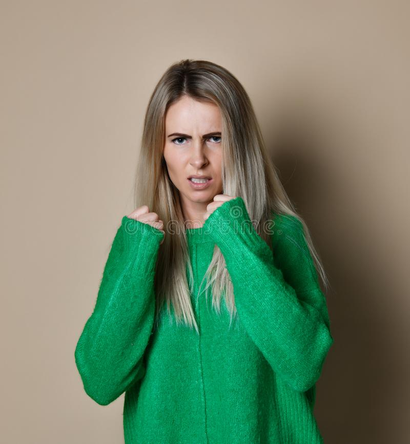 Boxe agressive de femme Émotion d'expression et concept de sentiments image stock