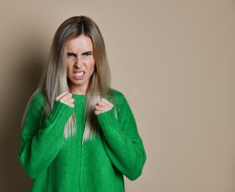 Boxe agressive de femme ?motion d'expression et concept de sentiments photographie stock