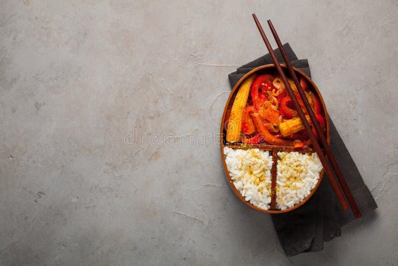 Boxe de madeira do almoço com o alimento saudável pronto para ir para o trabalho ou a escola, adiante a preparação da refeição ou imagens de stock