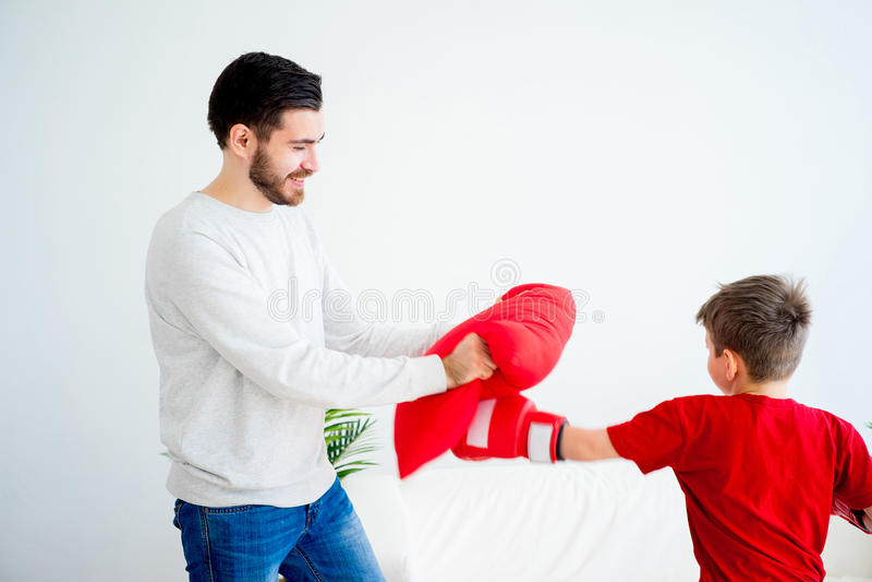 Boxe de père et de fils photographie stock