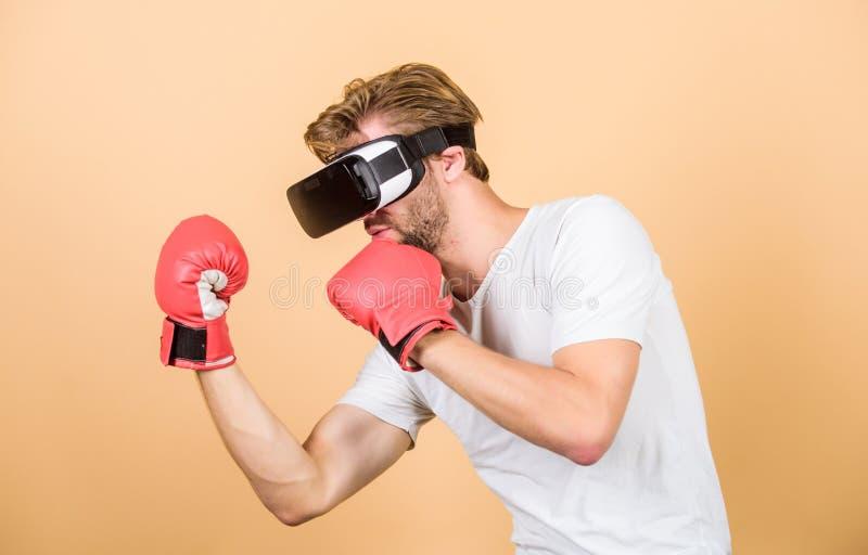 Boxe nella realtà virtuale Successo dello sport digitale uomo con occhiali VR Gioco futuristico boxe vr innovazione futura fotografia stock libera da diritti