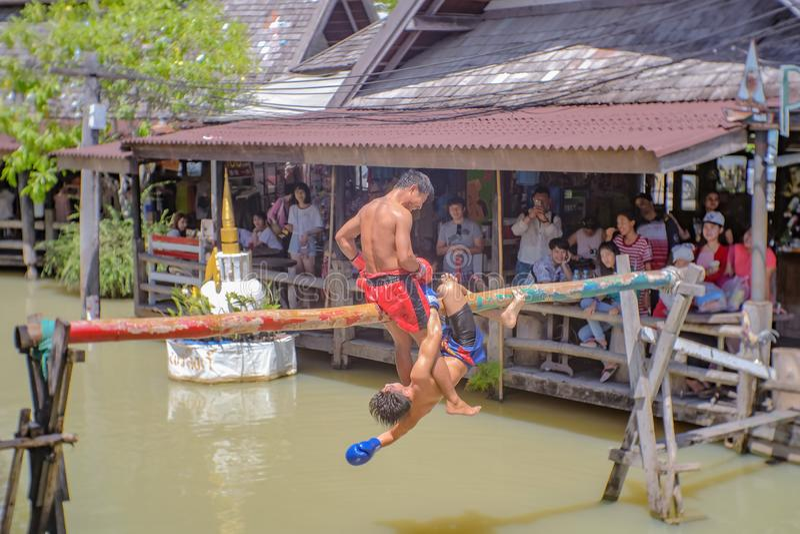 Boxe thaïlandaise Unacquainted de l'eau sur le marché de flottement de Pattaya Voyage de Chonburi Thaïlande image stock