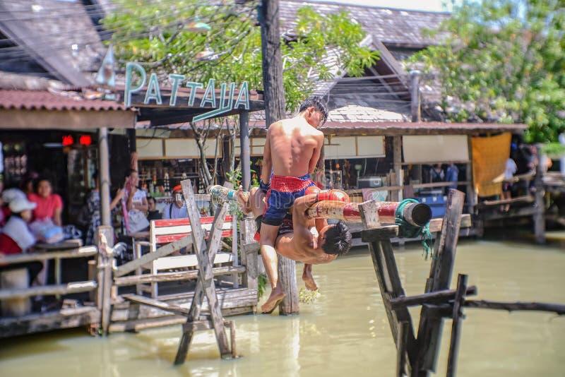 Boxe thaïlandaise Unacquainted de l'eau sur le marché de flottement de Pattaya Voyage de Chonburi Thaïlande photographie stock libre de droits