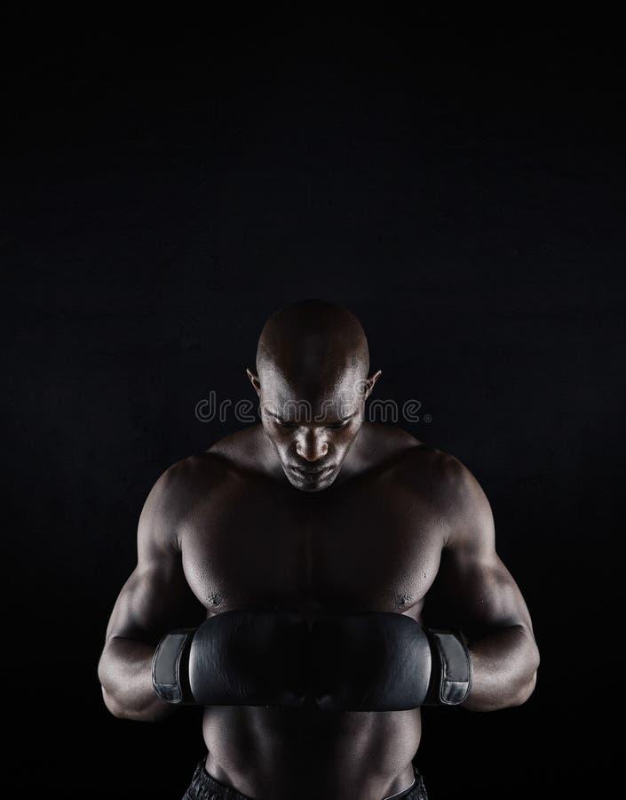 Boxeador africano que se prepara para la lucha fotografía de archivo