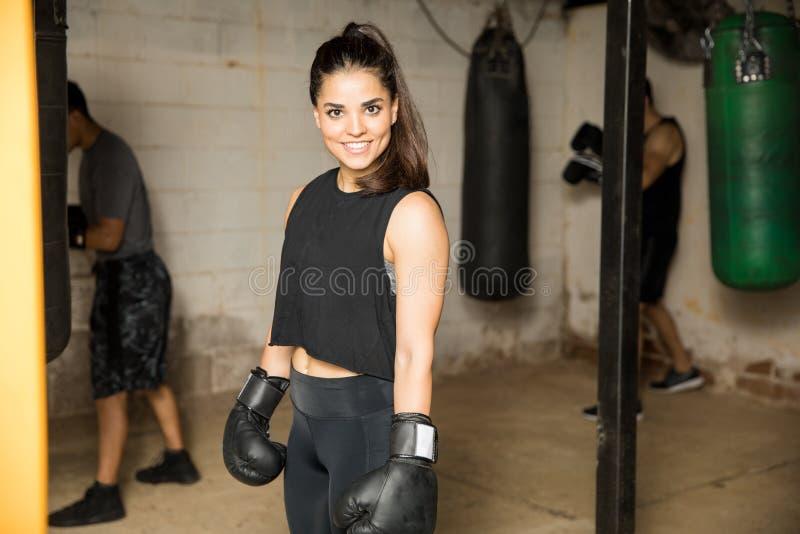 Boxeador bastante de sexo femenino en un gimnasio foto de archivo libre de regalías