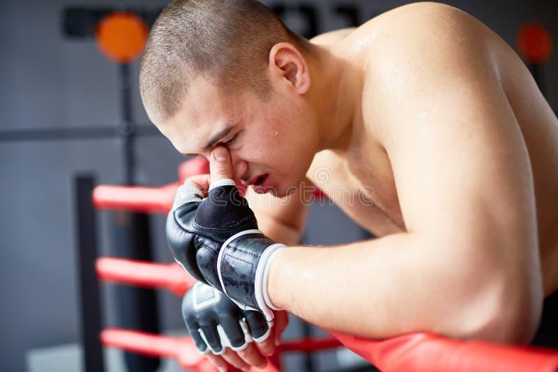 Boxeador batido que se inclina en Ring Railing imágenes de archivo libres de regalías