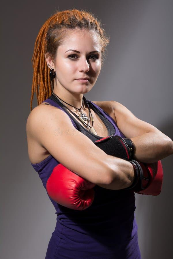 Boxeador de la mujer joven con los dreadlocks imagenes de archivo