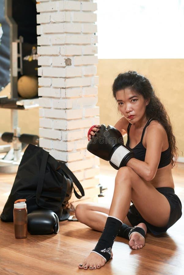 Boxeador de sexo femenino activo fotos de archivo