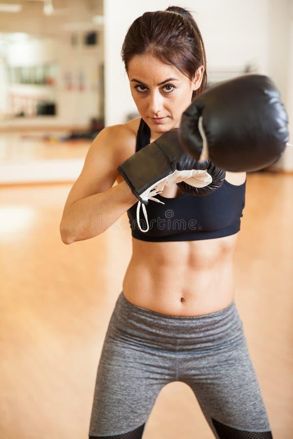 Boxeador de sexo femenino audaz con ABS entonado foto de archivo libre de regalías