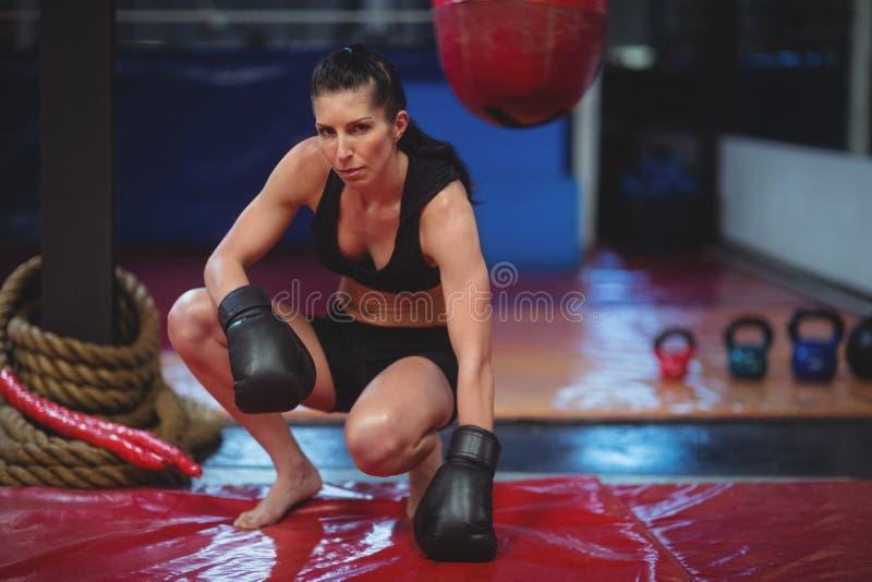 Boxeador de sexo femenino con los guantes de boxeo fotos de archivo
