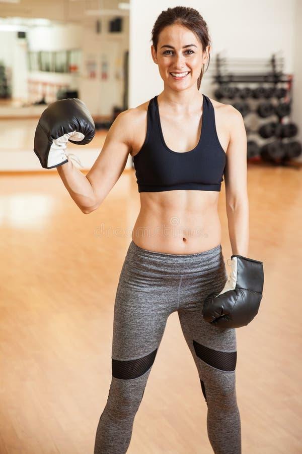 Boxeador de sexo femenino hispánico lindo en un gimnasio imágenes de archivo libres de regalías