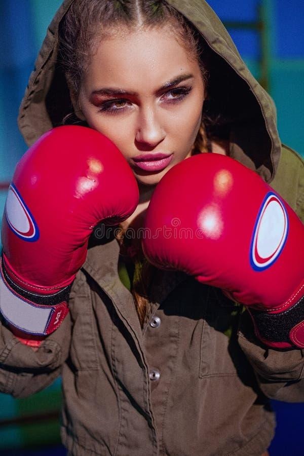 Boxeador de sexo femenino joven listo para luchar en guantes de boxeo de cuero viejos Muchacha rubia feliz de la aptitud atractiv fotos de archivo