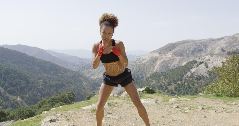 Boxeador de sexo femenino juguetón joven fotos de archivo libres de regalías