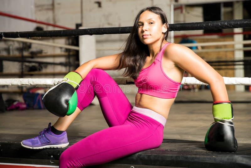 Boxeador de sexo femenino latino en un gimnasio del boxeo fotografía de archivo libre de regalías
