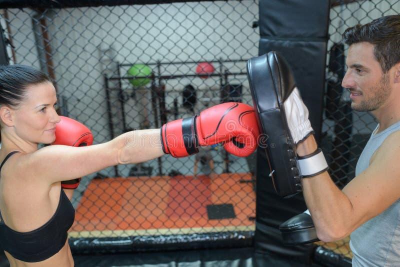 Boxeador de sexo femenino que hace la sesión foto de archivo libre de regalías