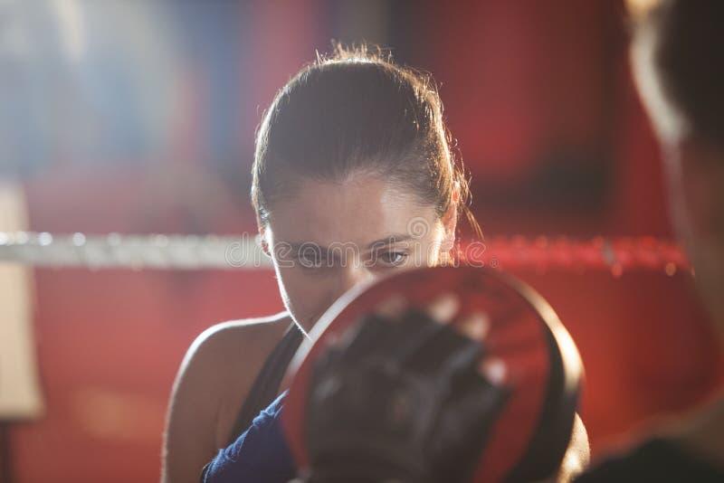 Boxeador de sexo femenino que practica en el anillo fotografía de archivo