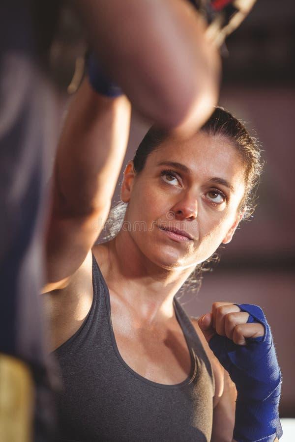 Boxeador de sexo femenino que practica en el anillo imagen de archivo