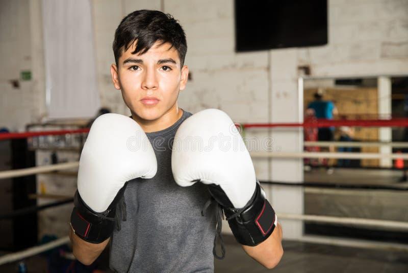Boxeador de sexo masculino joven en postura que lucha imágenes de archivo libres de regalías