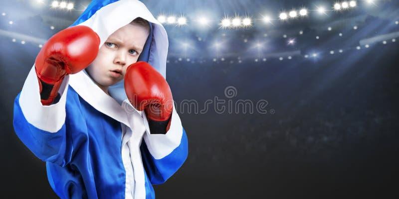 Boxeador del niño en el anillo Pequeño campeón Los triunfos grandes imagenes de archivo