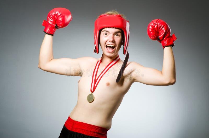 Boxeador divertido con ganar imagen de archivo libre de regalías