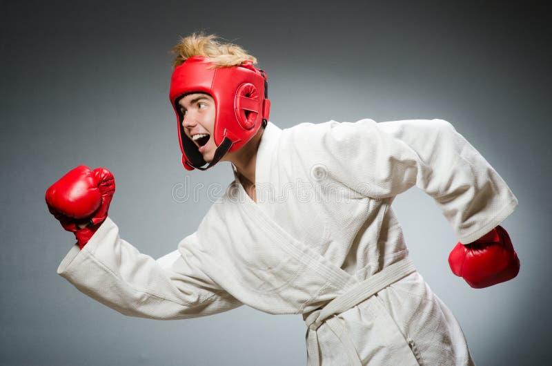 Boxeador divertido contra foto de archivo