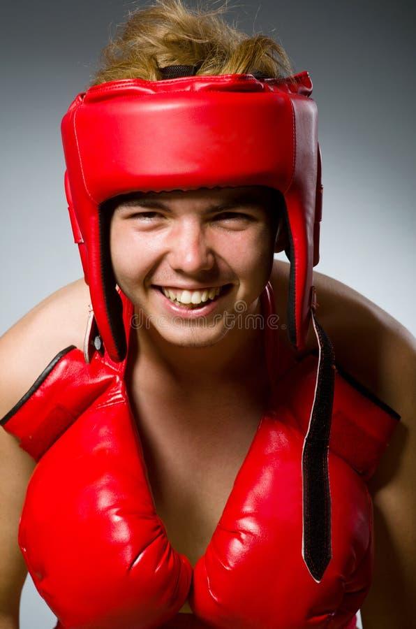 Boxeador divertido contra fotografía de archivo