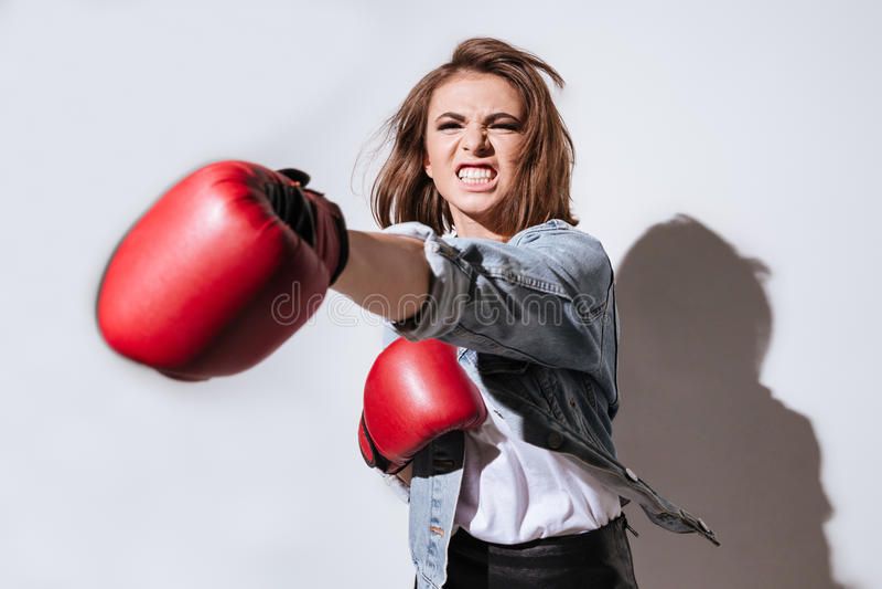 Boxeador emocional de la mujer sobre el fondo blanco fotografía de archivo