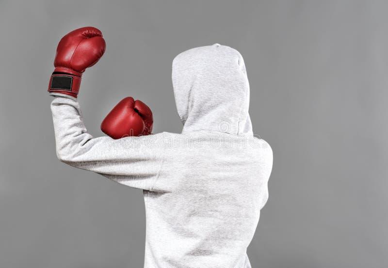 Boxeador en la presentación de la sudadera con capucha imagen de archivo libre de regalías