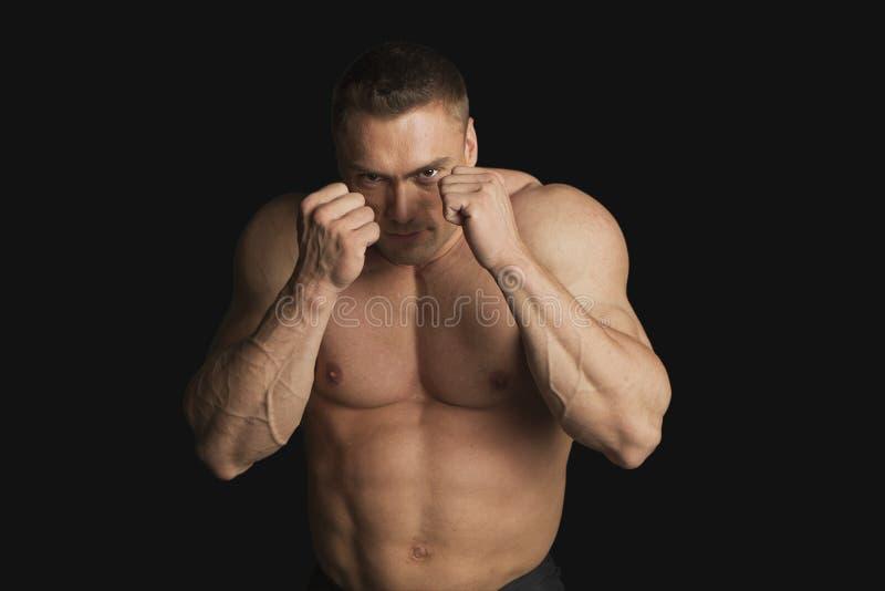 Boxeador fuerte del hombre joven que mira la cámara imagen de archivo libre de regalías