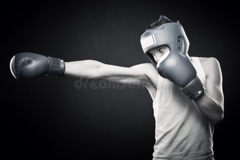 Boxeador joven fuerte imagen de archivo libre de regalías