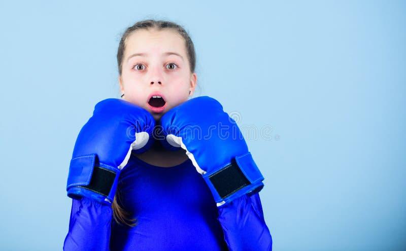 Boxeador lindo de la muchacha en fondo azul Con gran potencia viene la gran responsabilidad Ni?o del boxeador en guantes de boxeo imagen de archivo libre de regalías