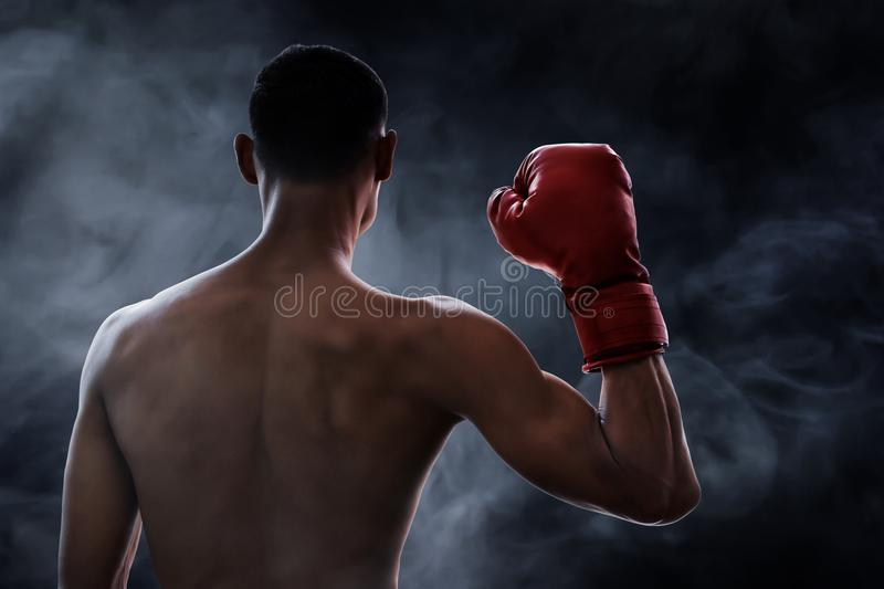 Boxeador muscular fuerte en fondos del humo foto de archivo libre de regalías