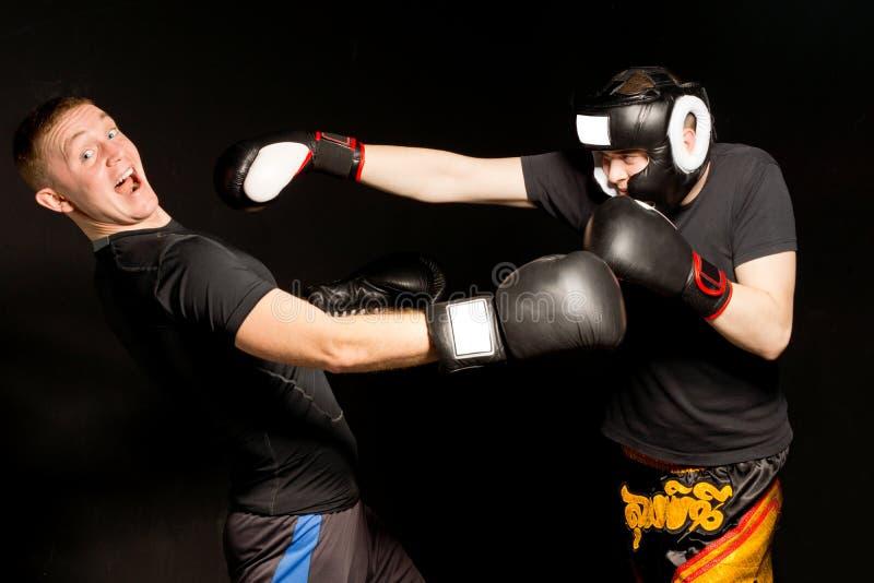 Boxeador que cae después de ser perforada por un opositor imagenes de archivo
