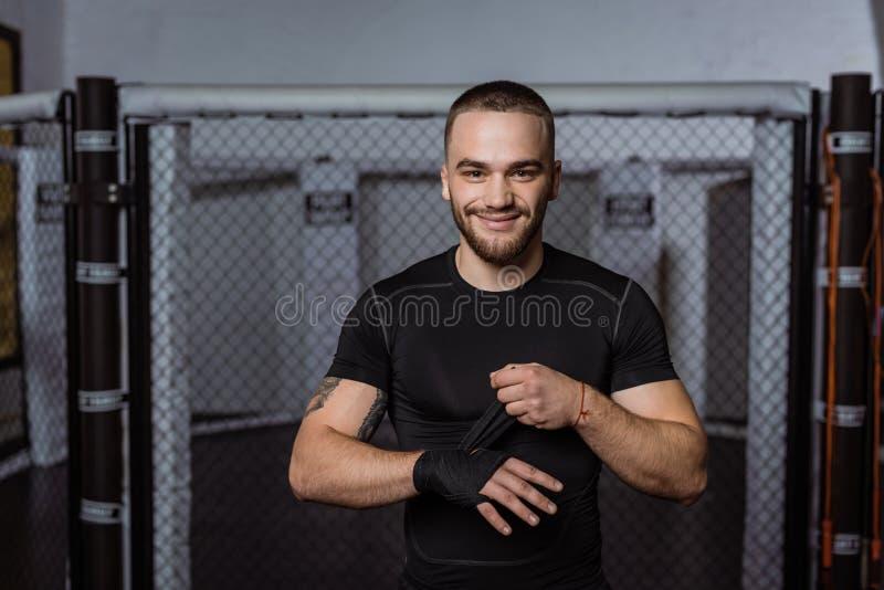 Boxeador que envuelve la mano con el vendaje fotografía de archivo