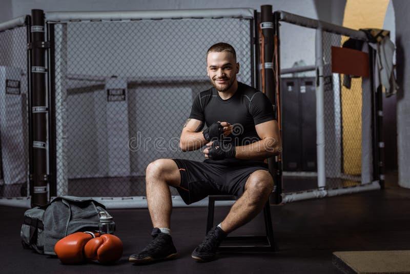 Boxeador que envuelve las manos con los vendajes foto de archivo libre de regalías